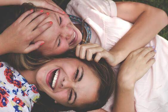 Skrattande tonåringar