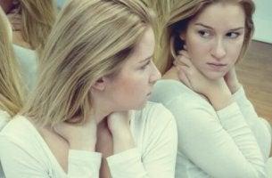 Blond tjej vid spegel