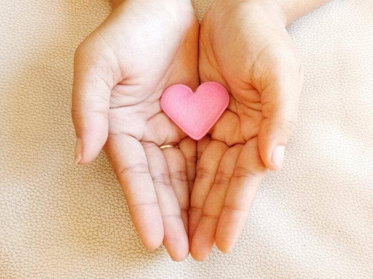 Hjärta som ligger i händer.