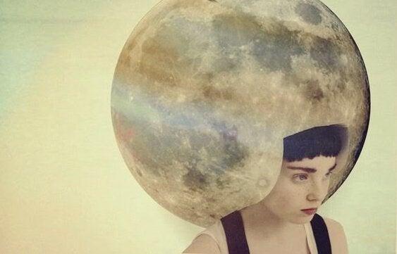 Kvinna med måne på huvudet.