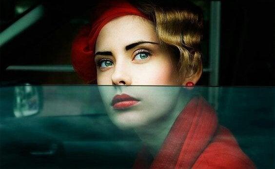 Kvinna med röd kappa.