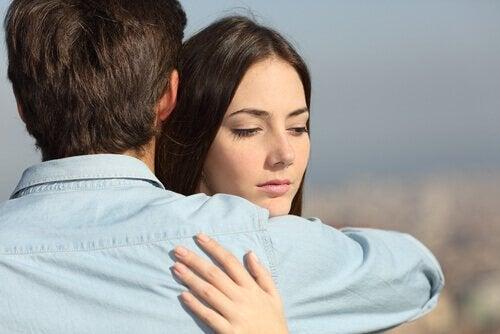En kvinna är osäker när det kommer till kärlek