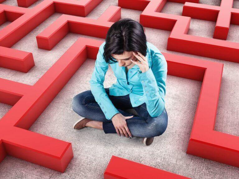 Kvinna som sitter i labyrint.