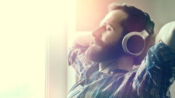 Man lyssnar på avkopplande musik