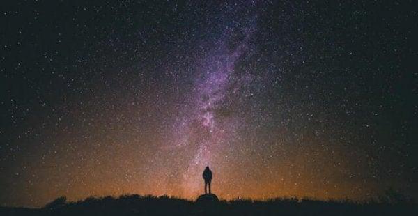 Man tittandes på stjärnorna representerande citat av Suzanne Powell