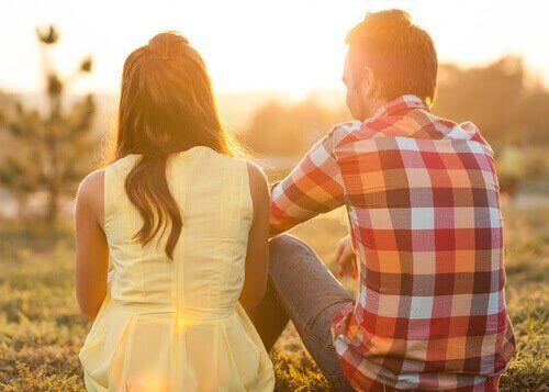 Par som sitter i gräset.