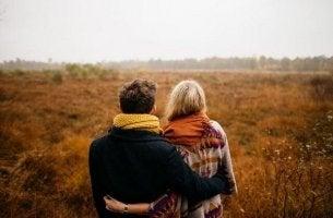 Par som står vid en äng.