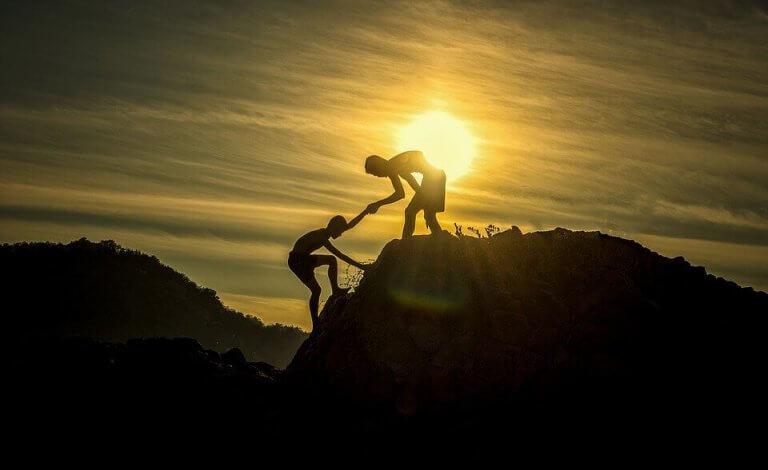 Person som hjälper en annan.