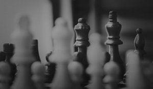 Schackpjäser på bräde
