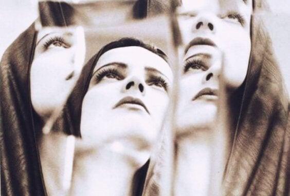 Spegelbilder av kvinna.
