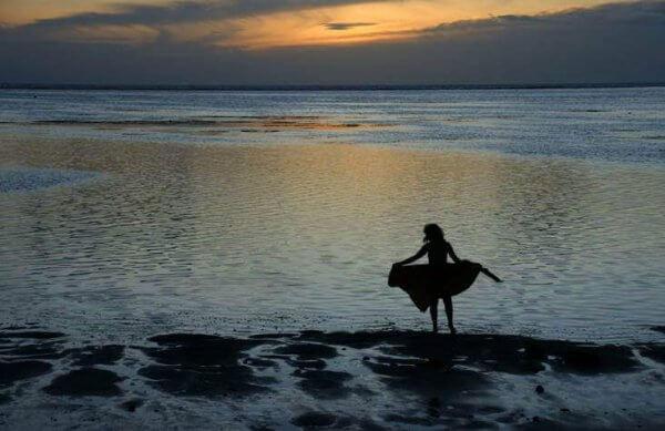 Kvinna i havet tänker på ensamhet