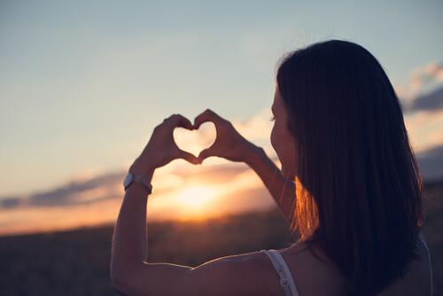 Kvinna visandes ett hjärta lär sig älska sig själv
