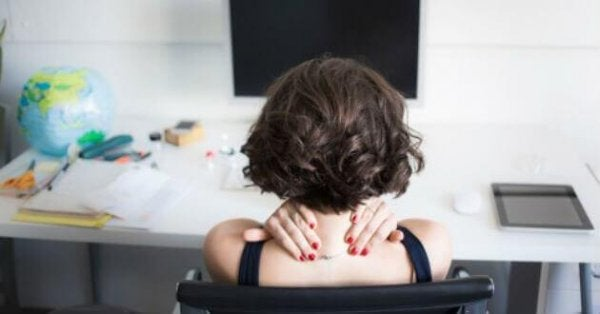 Kvinna slappnar av på jobbet