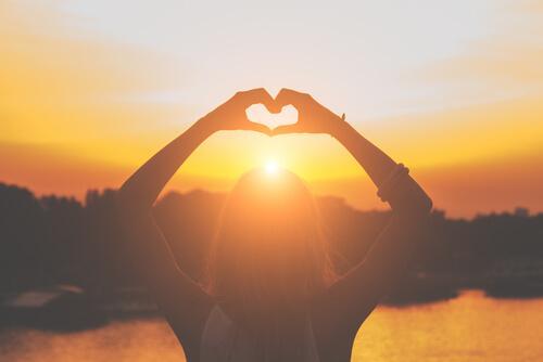 Kvinna med hjärta som representerar att ge oss själv en chans