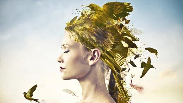 Kvinna med fåglar i håret