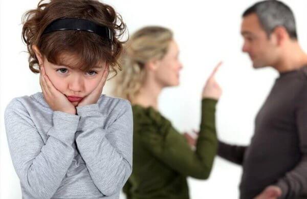 Barn lyssnar på bråkande föräldrar