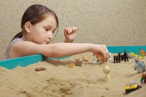 Flicka använder sandlådetekniken