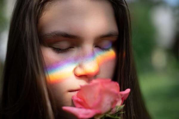 Kvinna luktar på ros