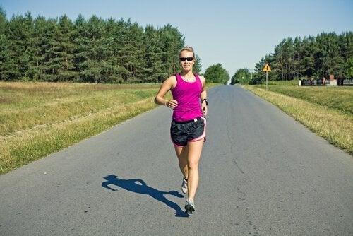 Kvinna utför power walking