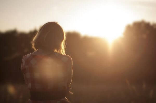 Ledsen kvinna i solen