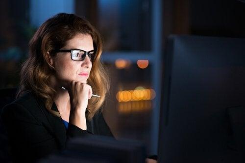 Nattarbetande kvinna