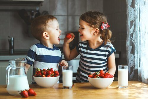 Tvåäggstvillingar i köket
