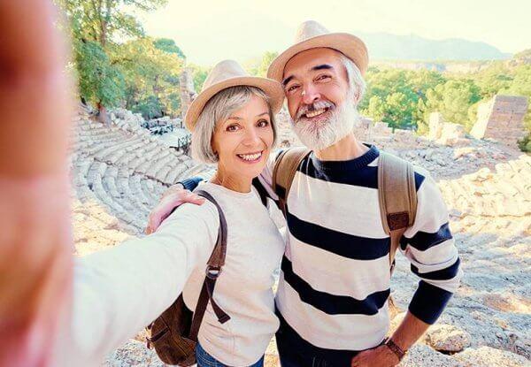 Äldre par på utflykt.
