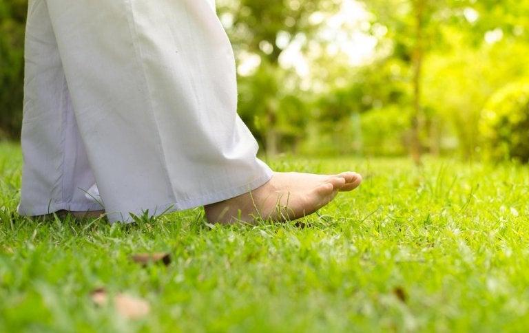 Fötter på gräs.