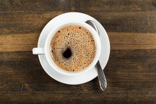 Kaffe på träbord.