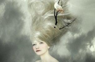 En kvinna med silverhår