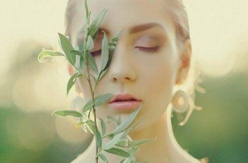 Kvinna med växt i ansiktet.