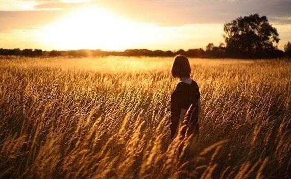 Kvinna som går på fält.