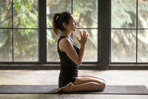 Kvinna som utövar yoga.