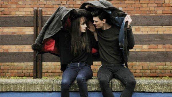 Man och kvinna under jacka.