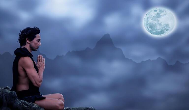 Man som sitter under månen.