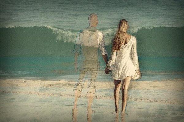Par som håller hand vid havet.