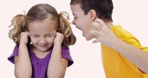 Pojke som skriker på flicka.