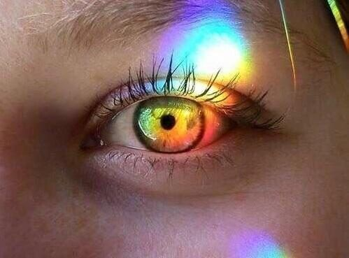 Skinande öga.