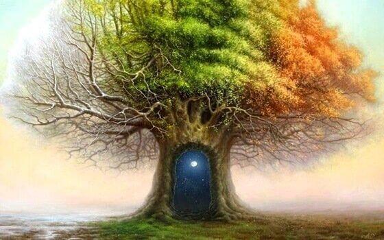 Träd med dörröppning.