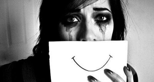 Kvinna låtsas vara glad