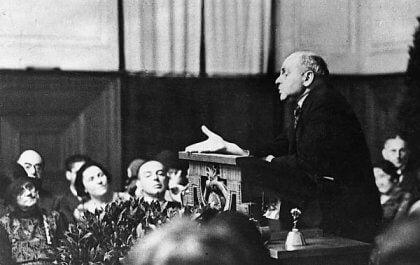 Adler framför ett tal.
