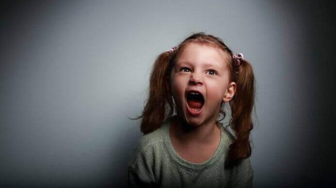 Flicka som skriker.