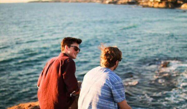 Kompisar som sitter vid havet.