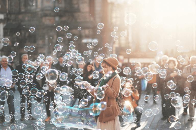 Kvinna bland bubblor.