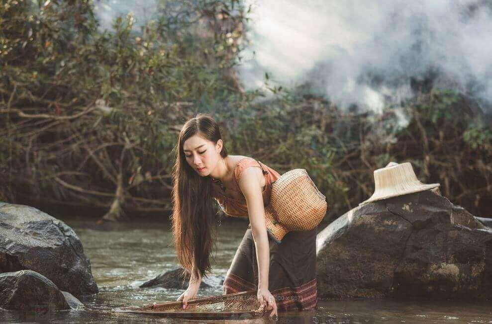 kvinna arbetar i vattendrag med känslor som grå moln