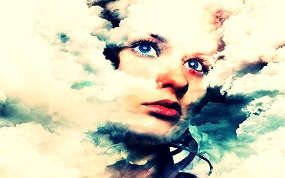 Kvinnoansikte och moln