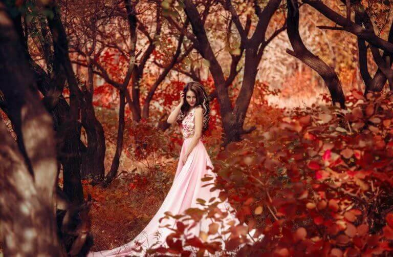 Kvinna som går i skog.