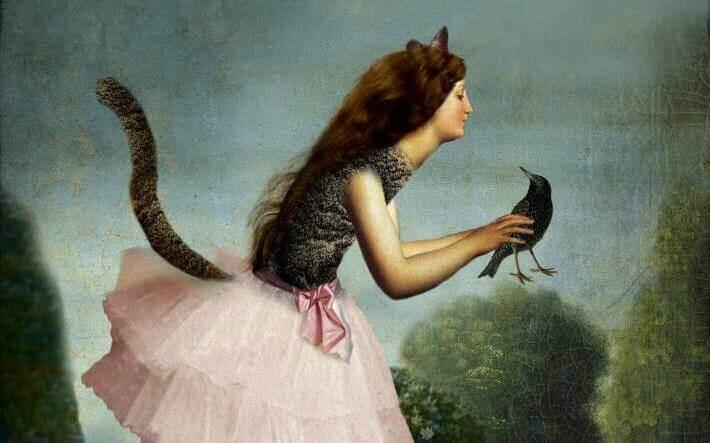 Kvinna som håller en fågel.