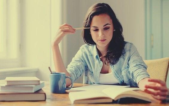 Kvinna som läser bok.