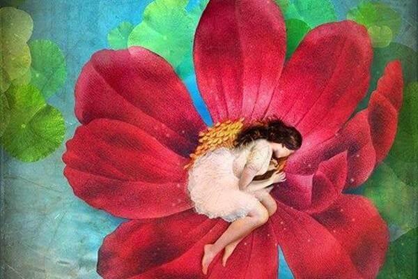 Kvinna som ligger i en blomma.